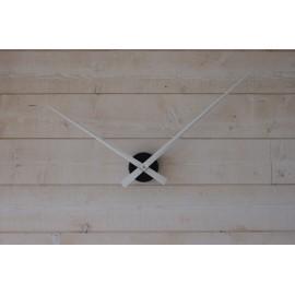 Horloge géante minimaliste avec aiguilles blanches